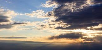 Verbazingwekkende mening van zonsondergang met donkere wolken en gouden zonnestralen Stock Foto's