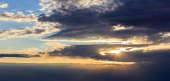 Verbazingwekkende mening van zonsondergang met donkere wolken en gouden zonnestralen Stock Foto