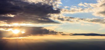 Verbazingwekkende mening van zonsondergang met donkere wolken en gouden zonnestralen Stock Afbeelding