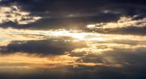 Verbazingwekkende mening van zonsondergang met donkere wolken en gouden zonnestralen Royalty-vrije Stock Foto