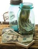 Verbergend Geld in de Kruiken van de Metselaar Stock Foto's