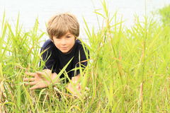 Verbergende jongen Stock Foto's