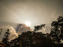 Verbergende Zon achter de duistere wolken stock foto's