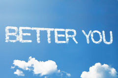 Verbessern Sie Sie ein Wolkenwort auf Himmel Stockfotografie