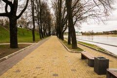Verbetering van de dijk in Pskov stock afbeeldingen