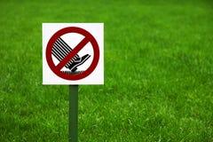 Verbiedend teken op het gazon in het Park stock afbeelding