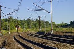 Verbiegen der elektrifizierten Eisenbahn stockfotos