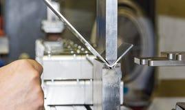 Verbiegen des Metalls auf der Maschine Lizenzfreies Stockfoto