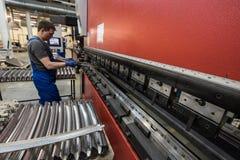 Verbiegen von Stahlplatten auf einer speziellen Maschine in der Anlage von tra Lizenzfreies Stockfoto