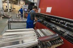 Verbiegen von Stahlplatten auf einer speziellen Maschine in der Anlage von tra Lizenzfreie Stockfotos