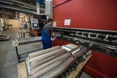 Verbiegen von Stahlplatten auf einer speziellen Maschine in der Anlage von tra Lizenzfreie Stockfotografie