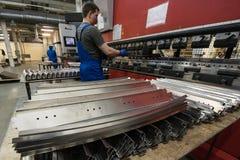 Verbiegen von Stahlplatten auf einer speziellen Maschine in der Anlage von tra Stockfotografie