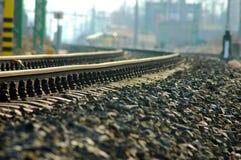 Verbiegende Eisenbahn mit Hunderten von den Kieseln lizenzfreie stockbilder