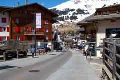 Verbier/瑞士- 2018年3月15日:滑雪胜地Verbier瑞士瓦雷兹街道  免版税库存图片
