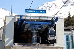Verbier/瑞士- 2018年3月14日:长平底船在Verbier瑞士瓦雷兹Médran山的推力驻地 图库摄影