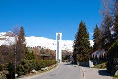 Verbier/瑞士-行军15 2018年:白色教堂钟在Verbier瑞士 库存图片
