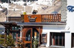Verbier/瑞士-行军15 2018年:著名在滑雪瑞士山中的牧人小屋Farinet休息室酒吧以后在Verbier瑞士 库存图片