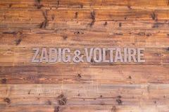 Verbier/Suiza 09 09 18: Zadig y Voltaire visten el boutique de la tienda del logotipo de la marca fotos de archivo