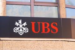 Verbier/Zwitserland-10 10 29: Van de het geldbank van UBS Zwitserse van het embleemsleutels het uithangbord rode dichte omhooggaa stock fotografie
