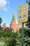 Verbieten des Zeichens auf dem Hintergrund des Kremls in Moskau Lizenzfreie Stockfotos