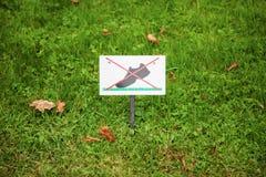 Verbieten des Zeichens auf dem Rasen Auf dem Rasen gehen Sie nicht Stockbild