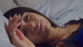 Verbijsterd vrouwtje dat 's nachts in slaap viel op kussen stock videobeelden