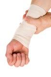 Verbinden der Hand mit einer elastischen Binde Lizenzfreies Stockbild