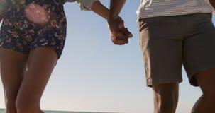 Verbinden Sie auf den Strand 4k zusammen gehen stock footage