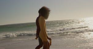 Verbinden Sie auf den Strand 4k zusammen gehen stock video footage