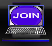 Verbinden Sie auf Laptop-Shows registrierter Mitgliedschaft oder erbieten Sie sich online freiwillig Stockfoto