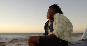 Verbinden Sie auf Mütze des Kleintransporters zusammen sitzen am Strand 4k stock video