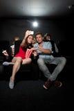 Verbinden Sie aufpassenden Film am Kino und am Fotografieren Stockbilder