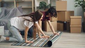 Verbinden Sie bereitstellenden neuen Teppich zu Hause nach der sprechenden und lächelnden Verlegung stock video footage