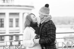 Verbinden Sie Blick in Augen Glückliches Paar, das Augen zu den Augen schaut Lächelnde Frau schaut zum glücklichen Mann beim Tanz lizenzfreies stockfoto