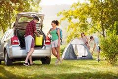 Verbinden Sie das Auspacken von Sachen für Camping-Ausflug stockbild