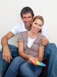 Verbinden Sie das Beschließen von Farbe, um ihr neues Haus zu malen Lizenzfreies Stockbild