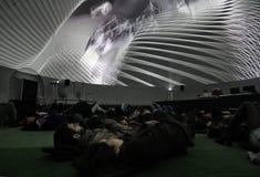 Verbinden Sie das Betrachten einer Projektion in einer Haube von 360 Grad Stockbild