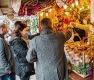 Verbinden Sie das Einkaufen für Spielwaren und souenirs am Markt-Stall Elsass, Franc Lizenzfreies Stockbild