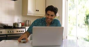 Verbinden Sie das Einwirken auf einander bei der Anwendung der digitalen Tablette stock video footage