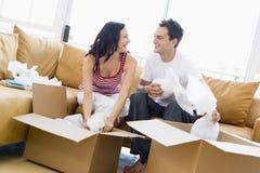 Verbinden Sie das Entpacken der Kästen im neuen Haus Stockfoto