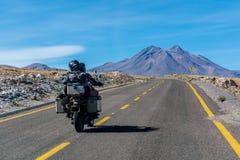 Verbinden Sie das Fahren an Atacama-Wüste, Mitte von nirgendwo Lizenzfreies Stockbild