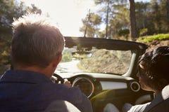 Verbinden Sie das Fahren in offenes Auto, Gesichtspunkt des hinteren Passagiers Lizenzfreies Stockfoto