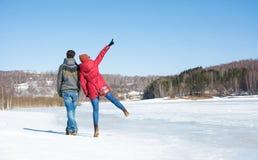 Verbinden Sie das Gehen auf einen gefrorenen See an einem Wintertag lizenzfreie stockfotos