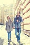 Verbinden Sie das Gehen an der Straße und Haben des Spaßes Lizenzfreie Stockbilder