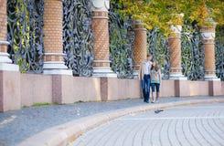 Verbinden Sie das Gehen durch den Grill des Mikhailovsky Gartens Lizenzfreies Stockfoto