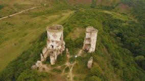 Verbinden Sie das Gehen durch die Ruinen der Festungstürme Schießendes Luft4k stock video footage