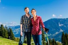 Verbinden Sie das Genießen der Ansicht, die in den alpinen Bergen wandert Stockfotos