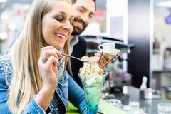 Verbinden Sie das Genießen eines Eiscremeeiscremebechers im Café Stockfotografie