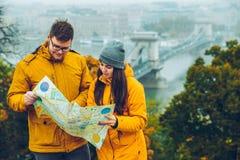 Verbinden Sie das Halten der Karte in den Händen am Herbsttag stockbilder