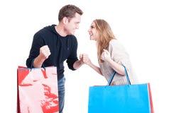Verbinden Sie das Halten von den Einkaufstaschen, die gewinnendes Gestengefühl happ machen Stockfotos